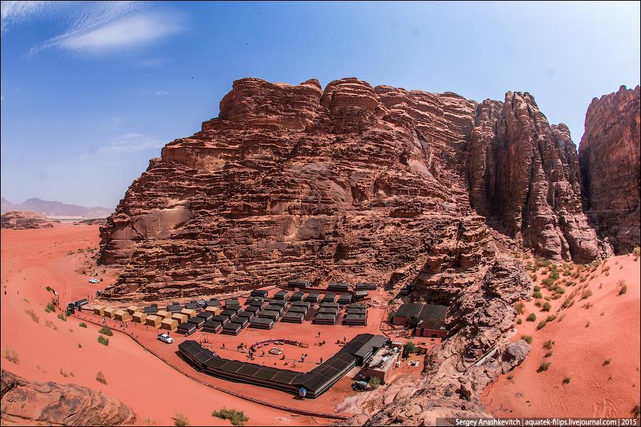 Парковка пустынного ресторана и сам ресторан с высоты соседней скалы.