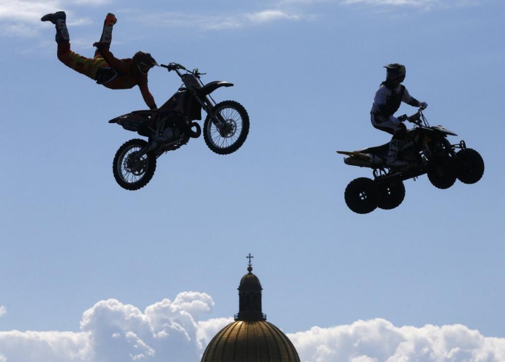 Каскадёры проделывают опасные трюки перед Исаакиевским собором в Санкт-Петербурге, Россия