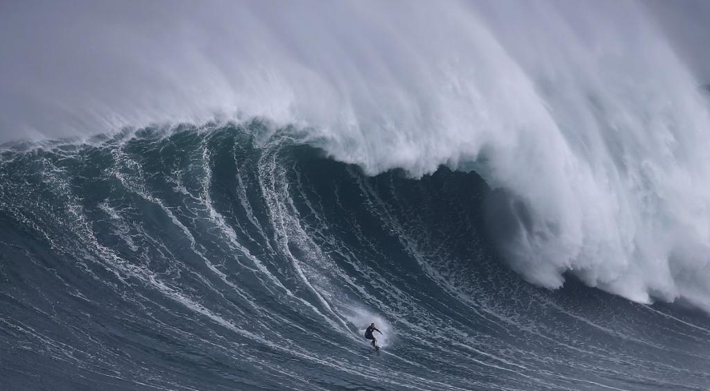 Гавайский сёрфер-рекордсмен Гарретт Макнамара в Прайя-ду-Норти, Португалия, в 2011 году установил официальный мировой рекорд, прокатившись на волне высотой 24 метра.