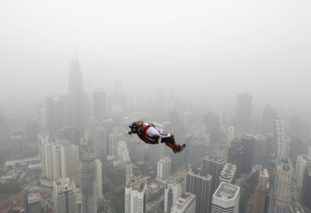 Бейсджампинг с башни Куала-Лумпур в Малайзии, высота которой составляет около 305 метров