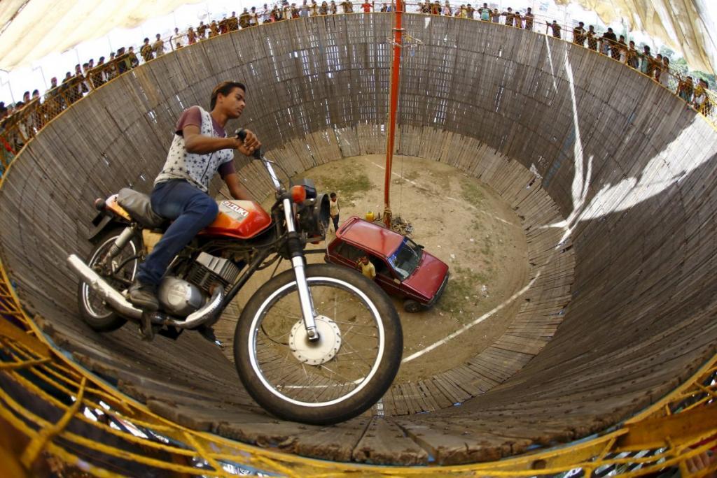 Каскадёр на экстремальном аттракционе «Колодец смерти» в Непале
