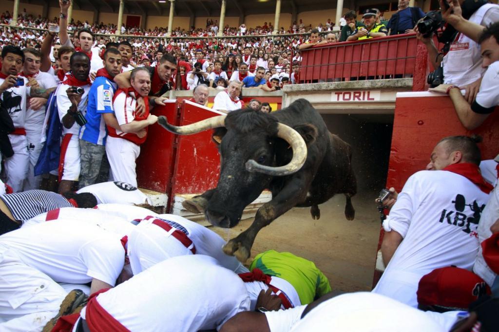 Ежегодный забег с быками на фестивале Сан-Фермин в Памплоне, Испания