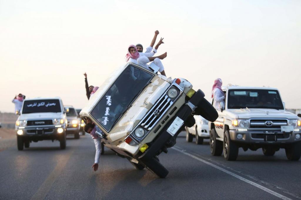 «Sidewalk skiing» - повальное увлечение молодёжи Саудовской Аравии.