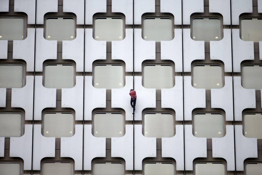 «Французский человек-паук» Ален Роббер взбирается на 152-метровую башню Ариан, расположенную в деловом районе Ла-Дефанс в Париже