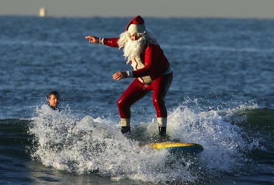 В Австралии Санта Клаус появляется на доске для сёрфинга