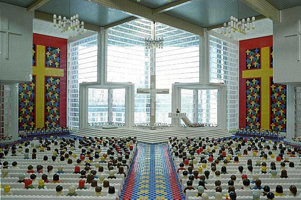 Церковь, построенная из LEGO в которой расположились 80 лего-человечков.