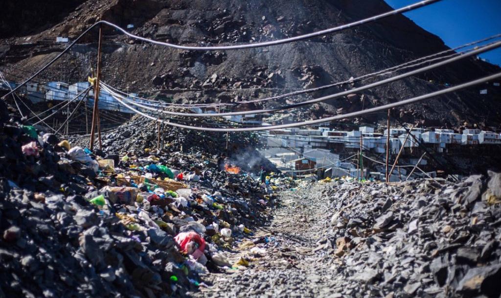 В городе нет проточной воды, а строительство системы канализации видится совершенно невозможным. Утилизация отходов — личное дело каждого местного жителя.