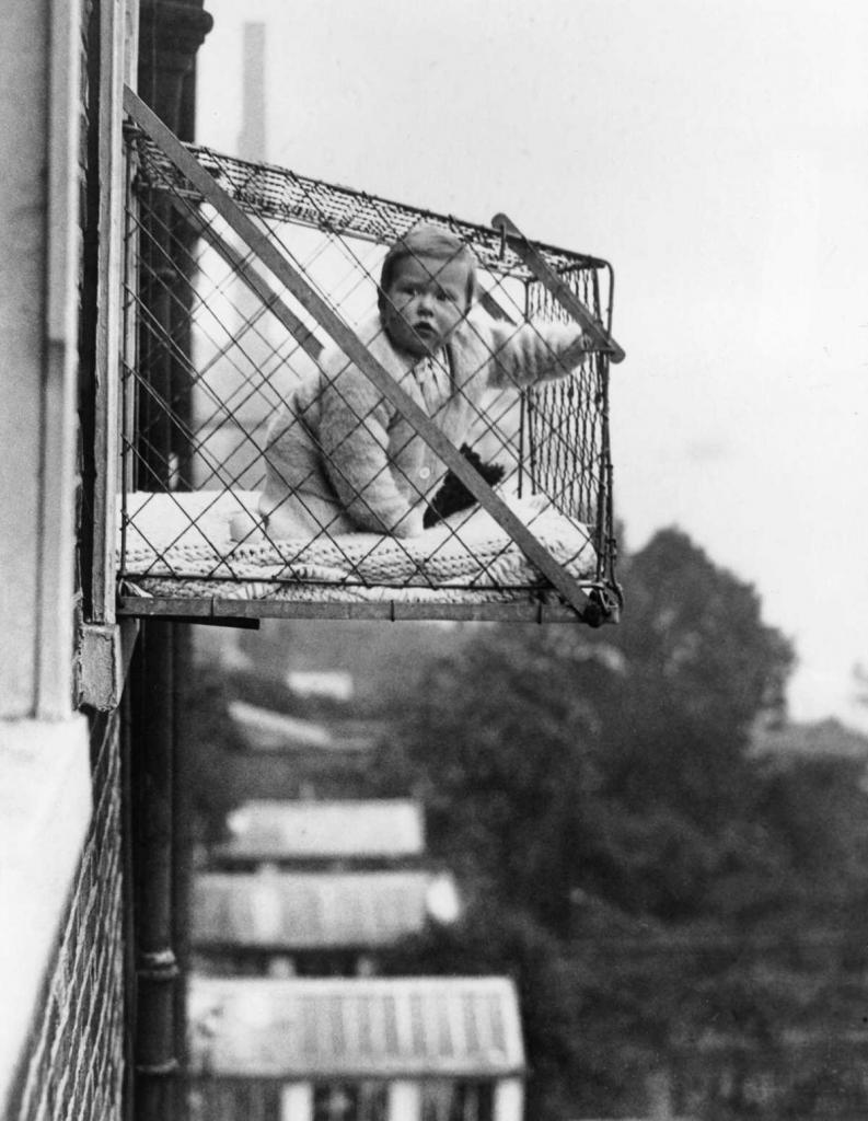 В 1930-х годах клетки стали необычайно популярны в Лондоне среди жителей многоквартирных домов, не имевших дворов.