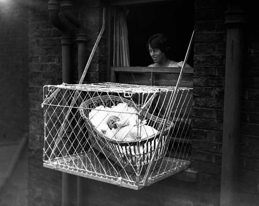 Так, Элеонора Рузвельт, которая по ее собственному признанию «абсолютно ничего не знала об обращении или кормлении ребенка», купила проволочную клетку для кур после рождения дочери Анны. Она установила её на окно своей квартиры в Нью-Йорке и поместила внутрь спящую Анну — до тех пор, пока обеспокоенный сосед не начал угрожать сообщить об этом властям