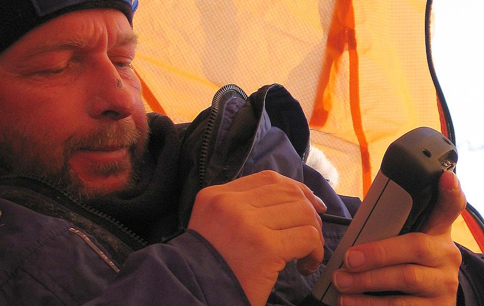 Если на морозе быстро разрядился телефон или камера, положите его во внутренний карман поближе к телу.