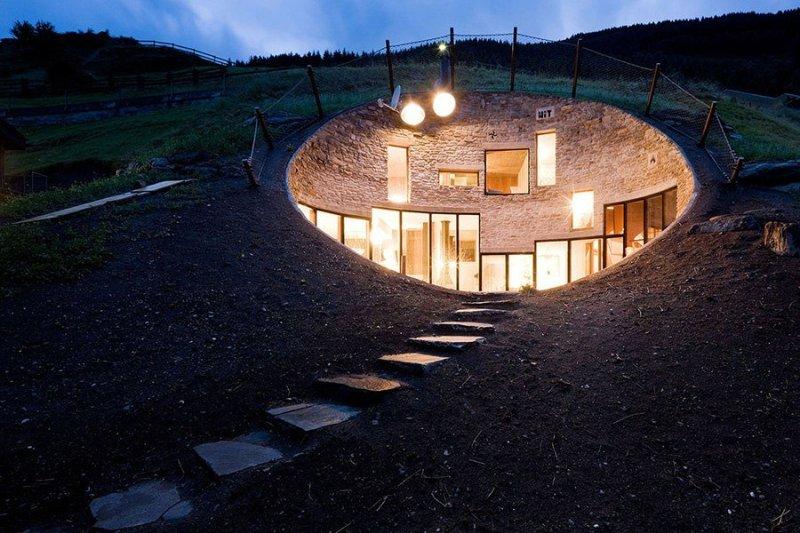 Дом внутри горы в Альпах