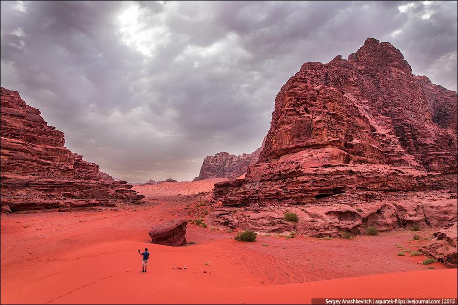 На самом деле, в наше время пустыня Вади Рам — огромный туристический объект со своей инфраструктурой, услугами, активностями, развлечениями и даже «отелями» и «ресторанами» в пустыне. Бедуины оказались довольно предприимчивым народом и быстро смекнули, что на такой красоте можно неплохо зарабатывать. С того самого момента, как вы окажетесь на въезде в пустыню у туристического центра, от вас не отстанут десятки местных гидов и проводников, уговаривая на самые лучшие и интересные экскурсии. Кто-то на верблюдах, кто-то на джипах...