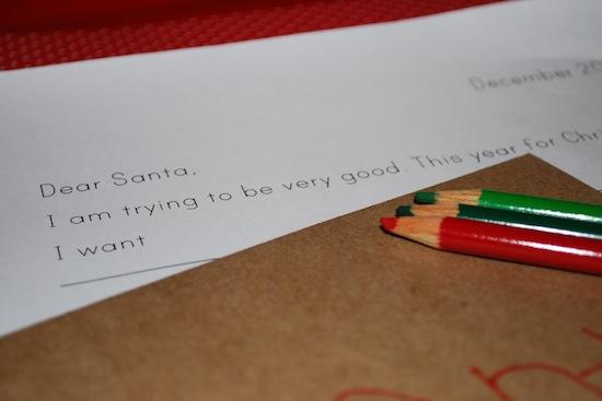 В Британии дети бросают письма Отцу Рождества в горящий камин