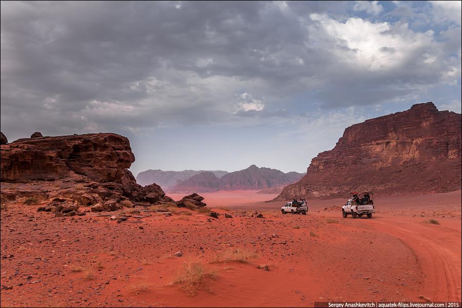 В пустыне существует целая сеть накатанных дорог, которые не засыпает даже во время песчаных бурь, настолько активный здесь трафик.