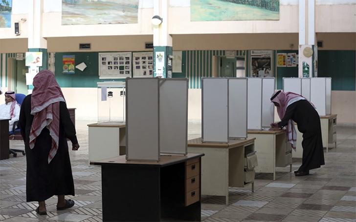 Женщины и мужчины голосовали в разных залах.