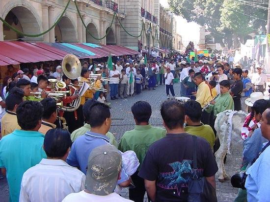 В Мексике принято бить тарелки в знак прощания с уходящим годом