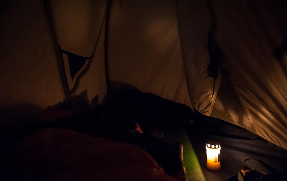 Несмотря на то, что есть налобные фонарики, захватите с собой свечки.