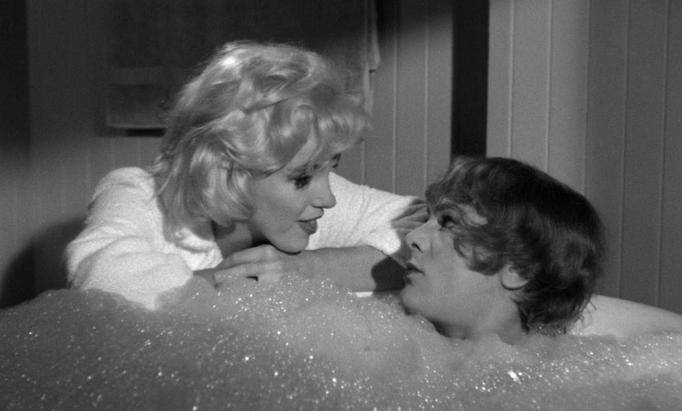Скажите по телефону, что лежите в ванной.