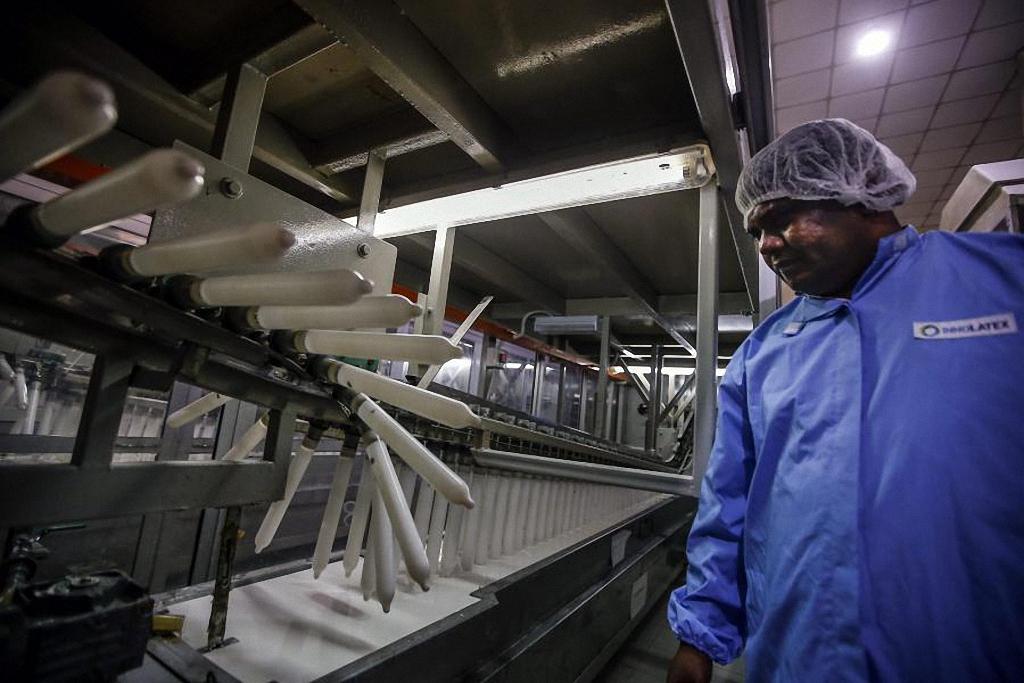 Компания Carex была основана в 1988 году. На фото: работник контролирует процесс формования презервативов на фабрике в Порт-Кланге.