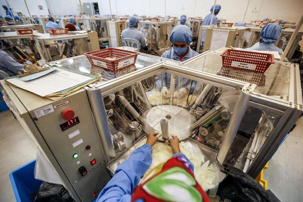 Проверка качества продукции на фабрике в Порт-Кланге. Помимо высочайшего качества конечной продукции, компания Carex уделяет большое значение высокому качеству условий производства, поэтому каждое помещение на фабрике имеет медицинский потолок, обеспечивающий комфорт и безопасность в работе.