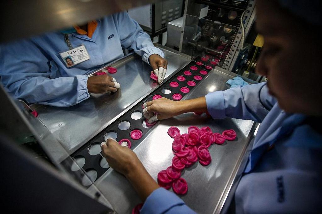 На фабриках по производству презервативов Carex работает около 2 тысяч человек.