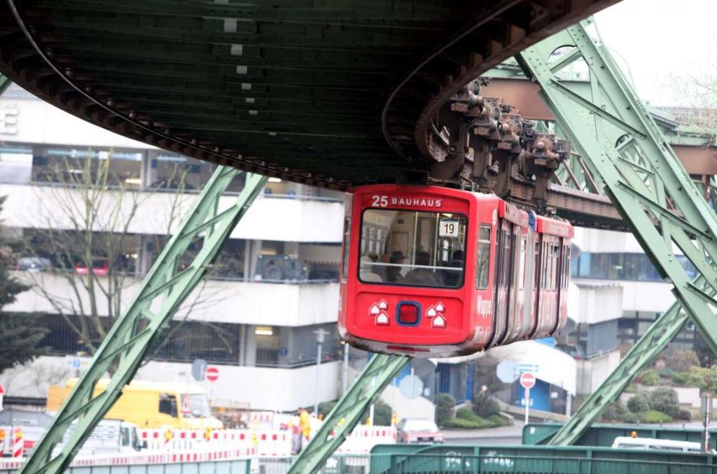 2. Подвесная железная дорога действует в немецком городе Вупперталь с 1901 года.