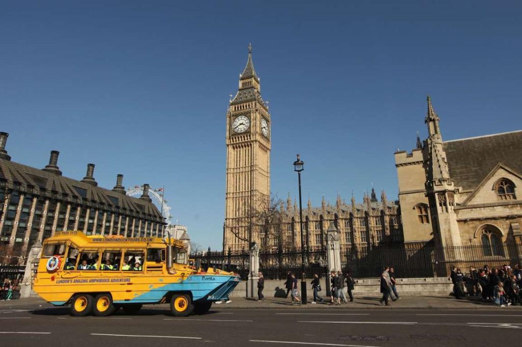 7. DUKW (Великобритания) — это еще один автобус-амфибия, который позволяет туристам любоваться Лондоном и с суши, и с реки Темзы.