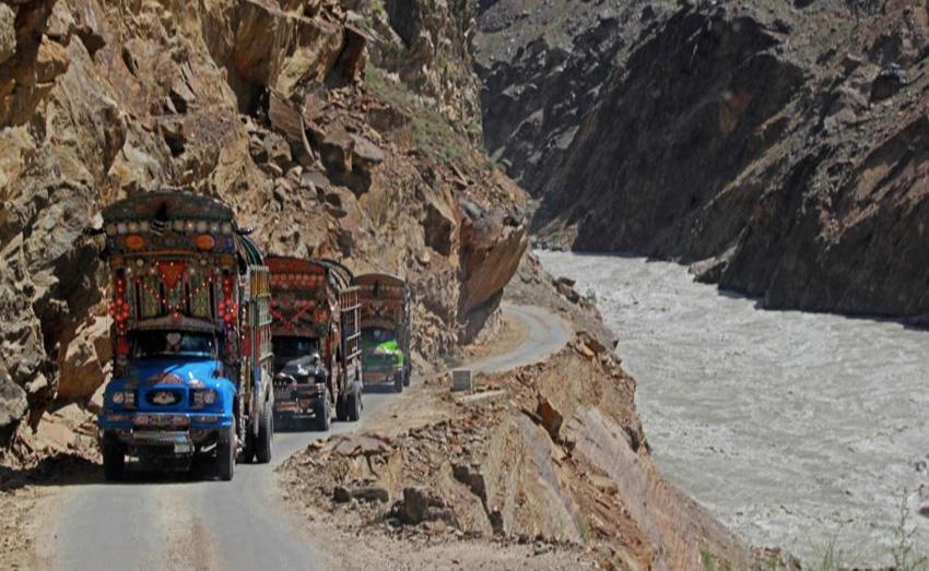 Каракорумское шоссе, Пакистан/Китай Читать на Don't Panic: http://dnpmag.com/2015/12/07/samye-opasnye-dorogi-v-mire/