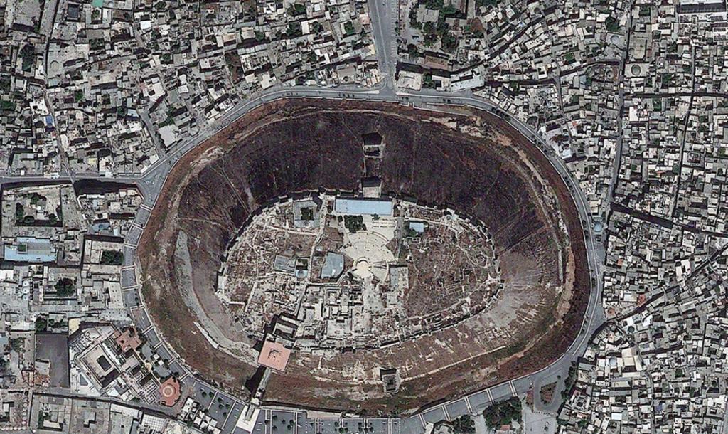 Сирия. Цитадель Алеппо — средневековый укрепленный дворец.