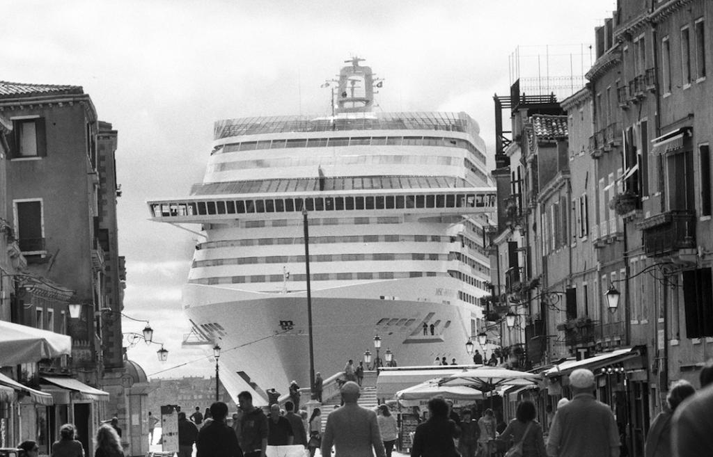 Круизный лайнер MSC Divina в старом городе в 2013 году.
