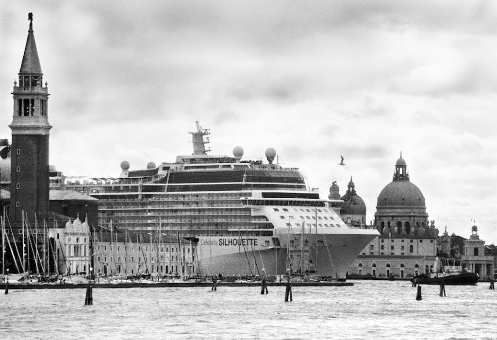 Круизный корабль Celebrity Silhouette скользит по старому городу от канала Джудекка между бассейном Сан-Марко и Пунта-делла-Догана, Венеция. Апрель 2013.