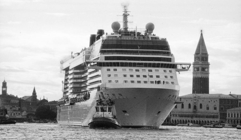 Буксир тянет круизный корабль через Венецианскую лагуну.