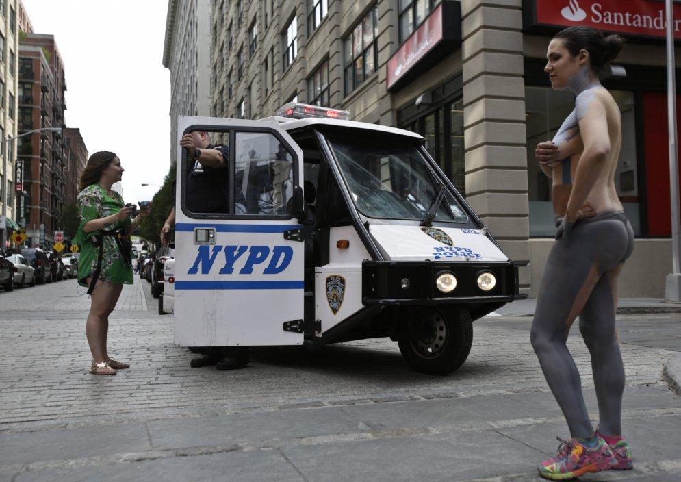 Кто-то из прохожих вызвал полицию, однако законы Нью-Йорка позволяют женщинам ходить топлес среди бела дня, так что никаких проблем стражи порядка Трине Мерри и ее моделям не доставили.