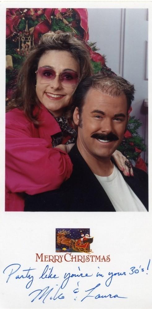 Майк Бержерон, 42, и его жена Лора из города Алисо-Вьехо, Калифорния, уже много лет устраивают оригинальные рождественские фотосессии. Забавные и даже нелепые праздничные фотографии - уже их 13-летняя традиция.