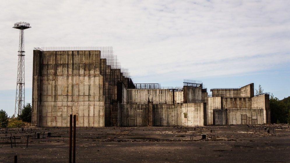 Фотограф-путешественник рассказал, что найти станцию легко. Легко и проникнуть на территорию, которая хоть и обнесена забором, но в нем местами есть дыры длиною в сто метров.