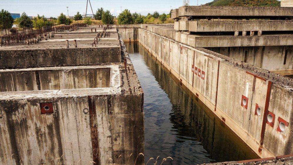 Половина всей территории АЭС затоплена и это делает ее опасным объектом для туристов.