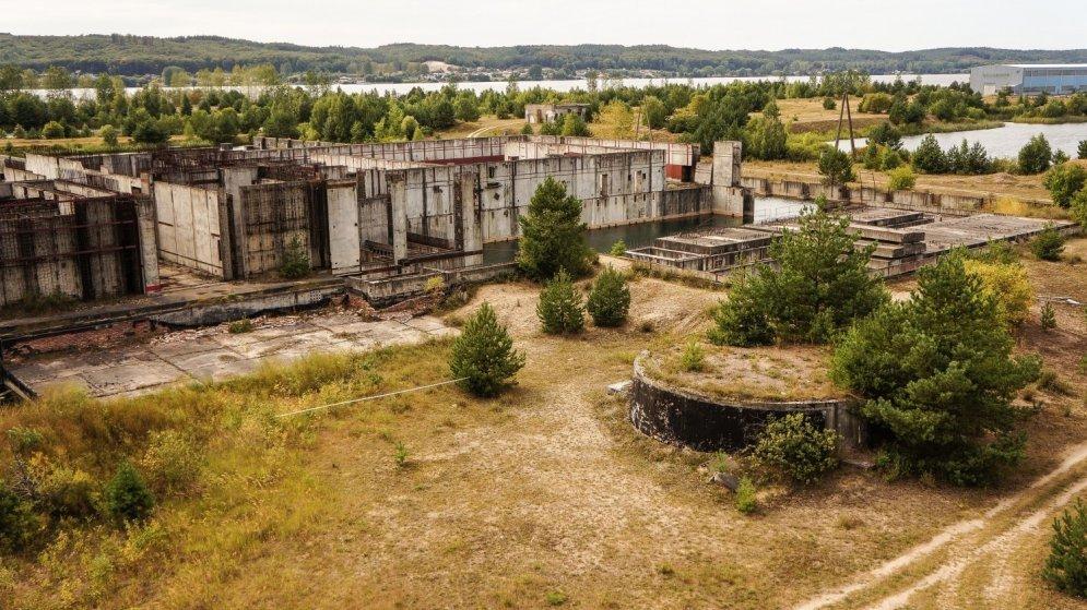 АЭС так и не была построена, а на фотографиях видно, что ее постепенно поглощает природа.
