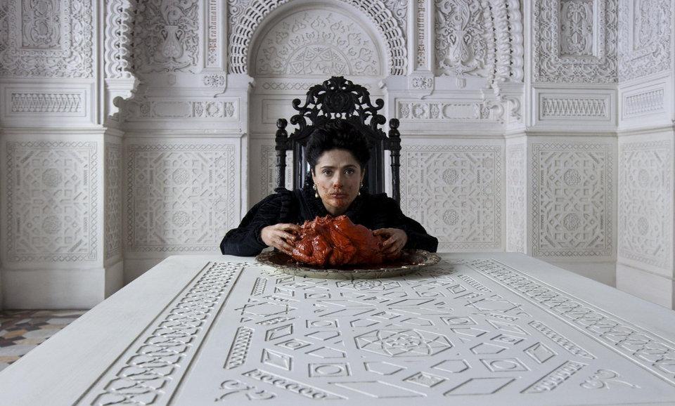 Королева съедает сердце монстра («Страшные сказки/ Il racconto dei racconti», 2015)