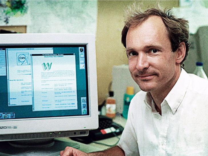 20 декабря 1990 года был запущен первый веб-сайт, созданный британским ученым Тимом Бернерсом-Лии, работавшим в то время в Европейской организации по ядерным исследованиям (ЦЕРН) в Швейцарии.