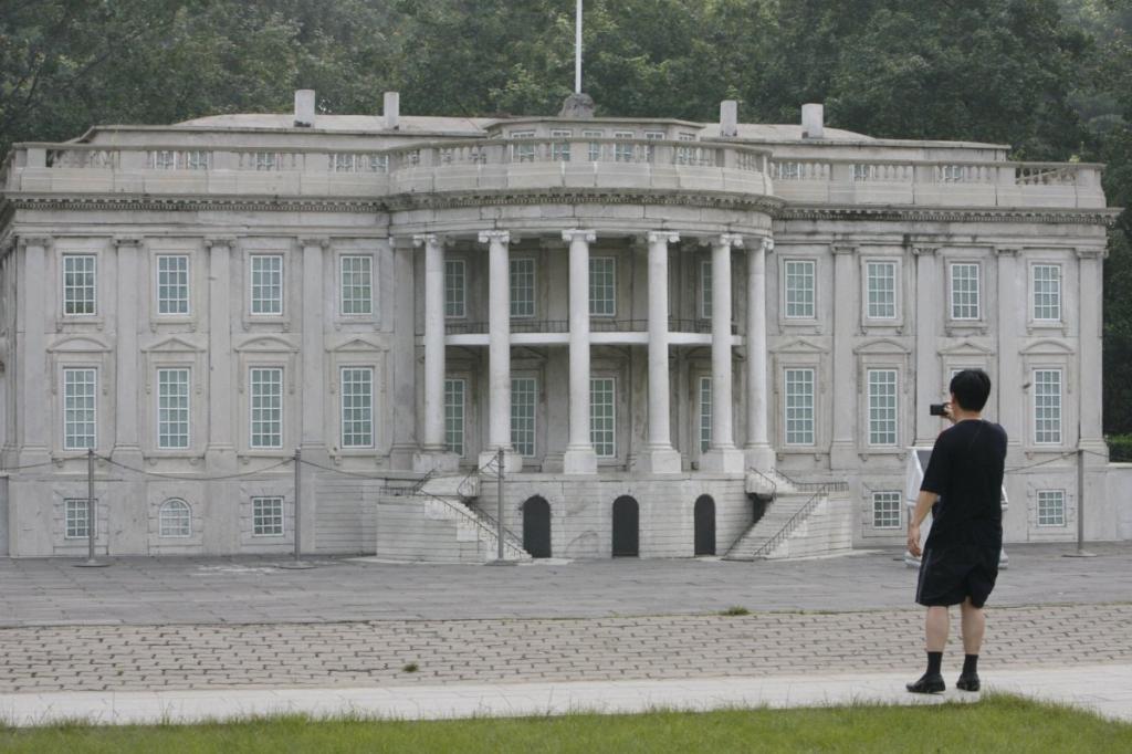 Ещё в Пекине есть собственный Белый дом, втиснутый в тематический парк рядом с копиями Мемориала Линкольна, Монумента Вашингтона и Капитолия США.