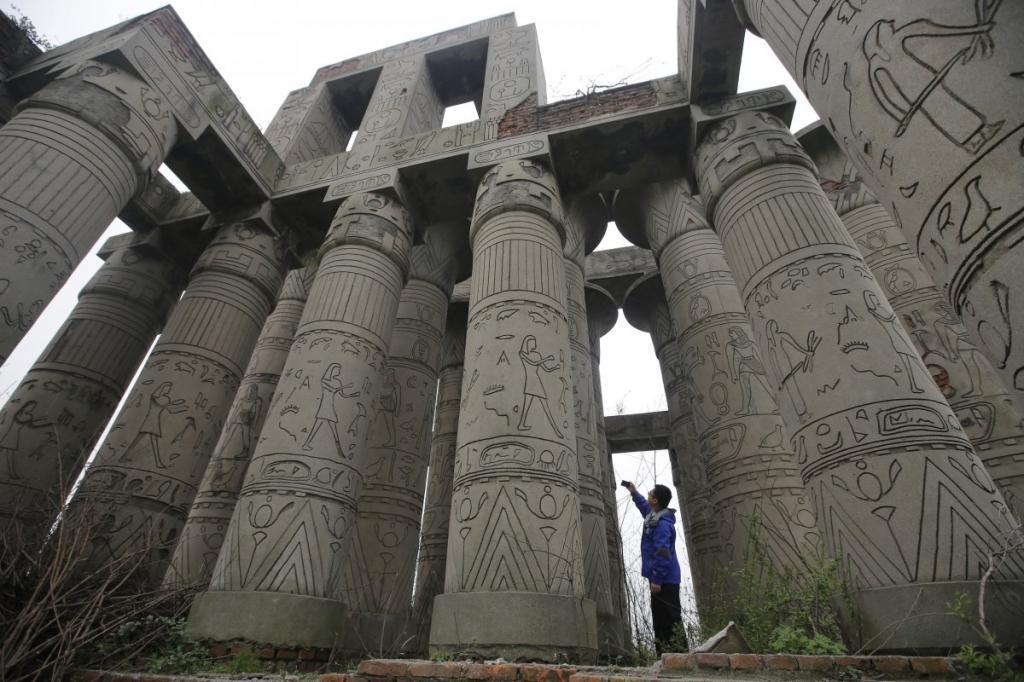Копия Карнакского храма – самого большого храмового комплекса Древнего Египта – расположена в заброшенном парке города Ухань.