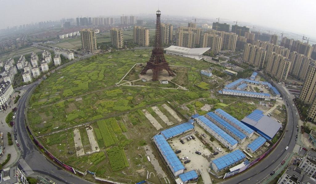 108-метровая ненастоящая Эйфелева башня возвышается в микрорайоне Тиандученг в Ханчжоу.