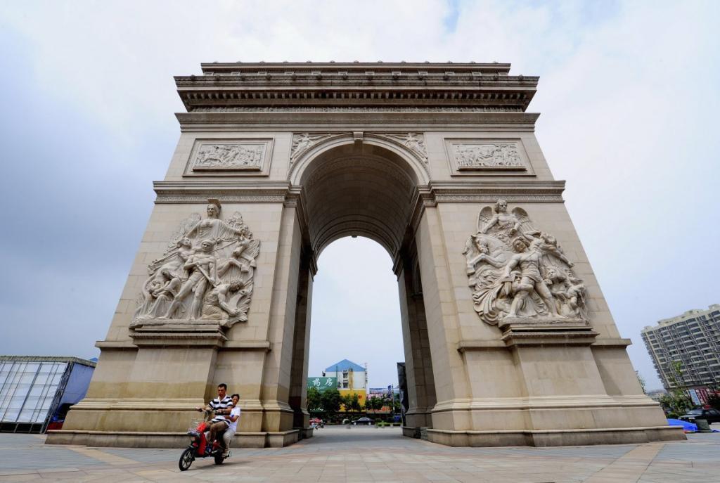 Триумфальная арка высотой более 10 метров в Jiangyan. Это копия одной из трёх парижских достопримечательностей, которые есть в Китае.