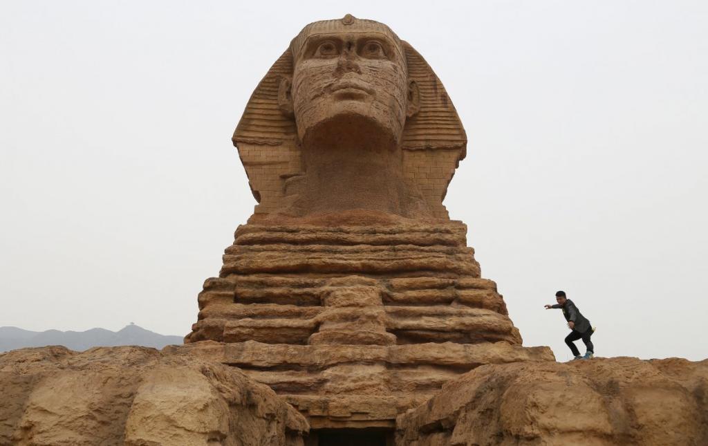 А вот сфинкс в северной провинции Хэбэй действительно без носа. Министерство древностей Египта пожаловалось в ЮНЕСКО на эту полномасштабную реплику, «вредящую культурному наследию Египта»