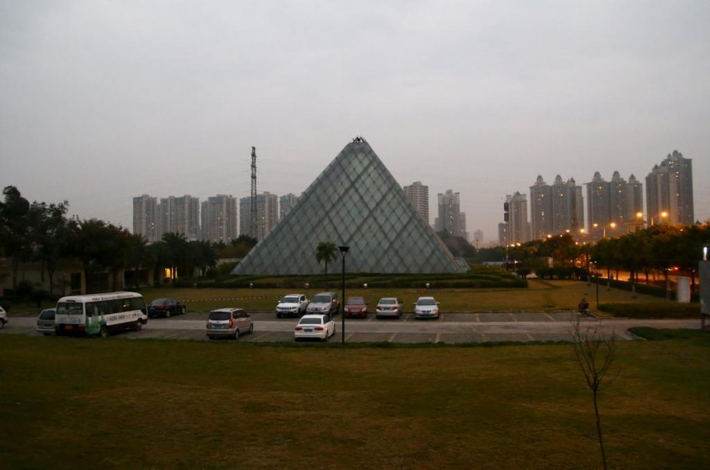 Стеклянную пирамиду Лувра спроектировал американский архитектор китайского происхождения Бэй Юймин. Эта версия одного из символов Парижа стоит в Чунцин и выглядит немного мрачновато