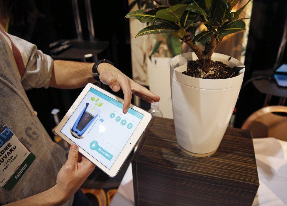 За 42 фунта стерлингов можно купить умный горшок, который способен автоматически поливать ваше растение и вообще всячески следить за ним.