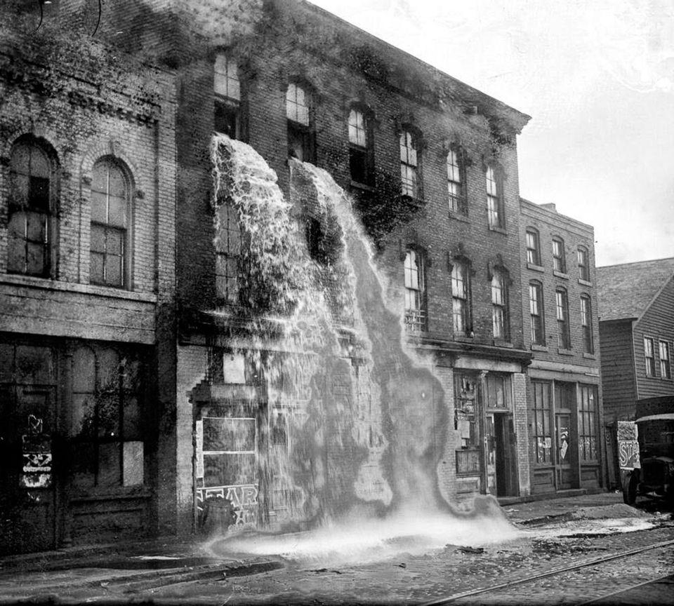 1929 год. Федеральные агенты выливают алкоголь из здания после облавы.