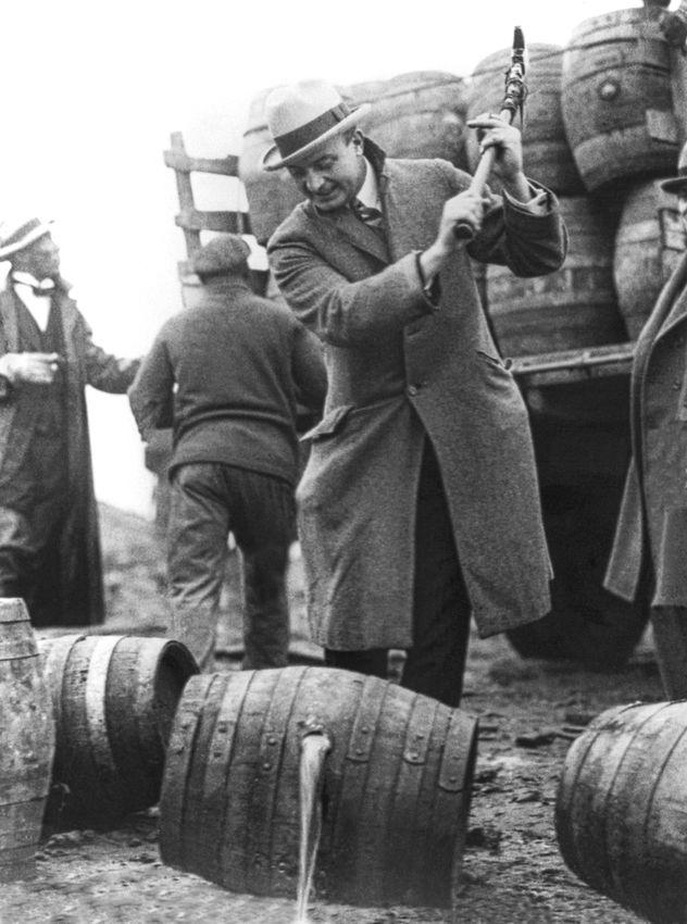 1 декабря 1924 года. Директор общественной безопасности Смедли Батлер разбивает киркой бочки пива, чтобы вылить содержимое в реку Скулкилл вв Филадельфии, штат Пенсильвания.