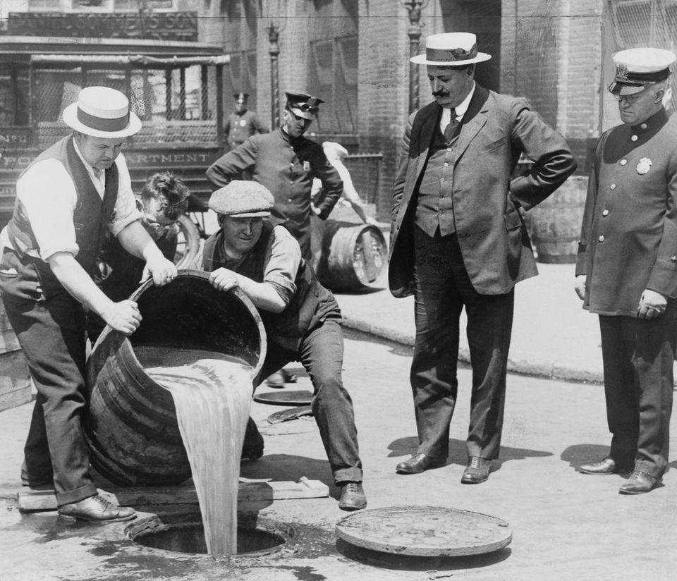 1920 год. Агенты выливают спирт в канализацию в Нью-Йорке.