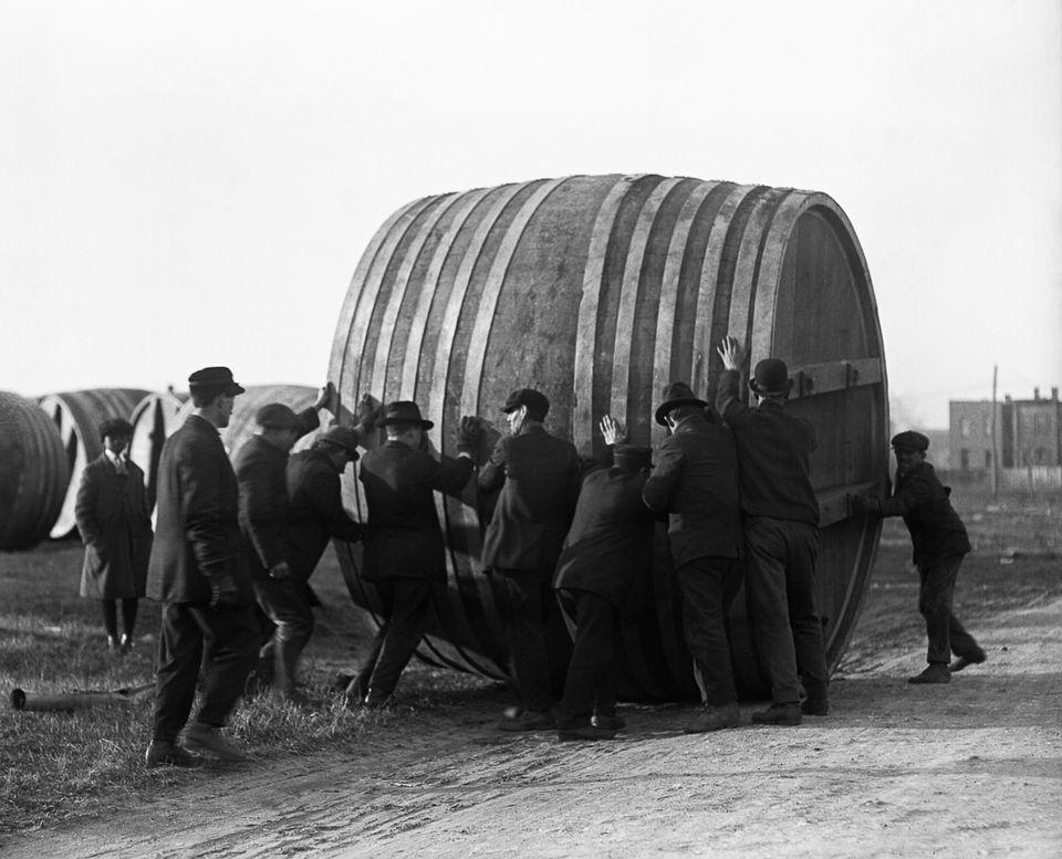 1920 год. Рабочие перекатывают огромную пивную бочку на пивоваренном заводе в Вашингтоне, округ Колумбия, которые переориентировался с пивоварения на изготовление мороженого.